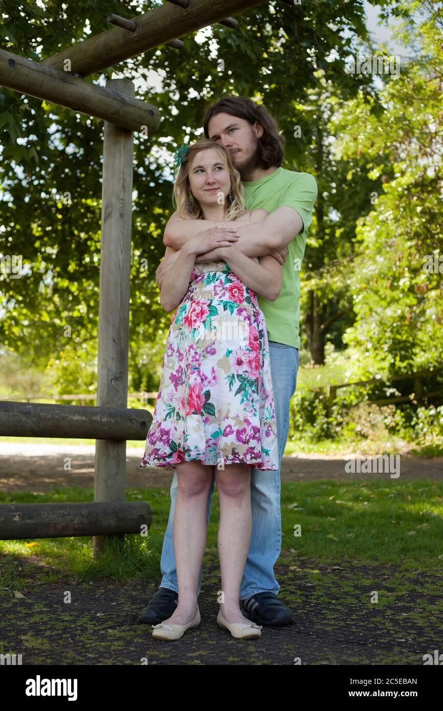 Embrasser les jeunes amoureux dans le parc lors d'une journée ensoleillée d'été, Springfield Park, Londres, version modèle disponible Banque D'Images