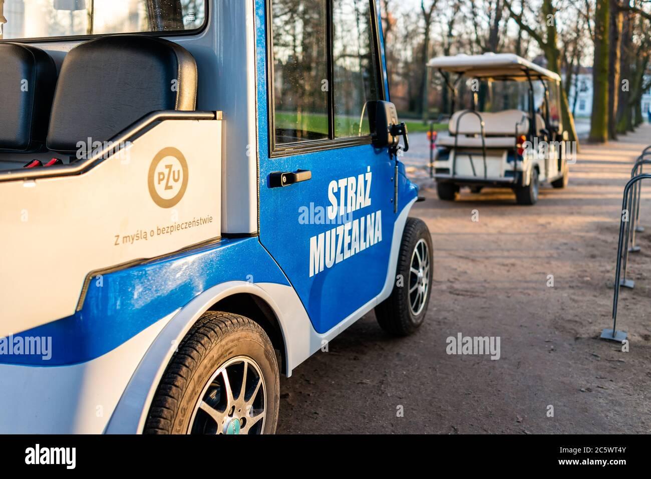 Varsovie, Pologne - 20 décembre 2019: Warszawa Lazienki ou Royal Baths Park avec des gardes de musée sécurité voiturettes de golf voitures signe bleu et personne Banque D'Images