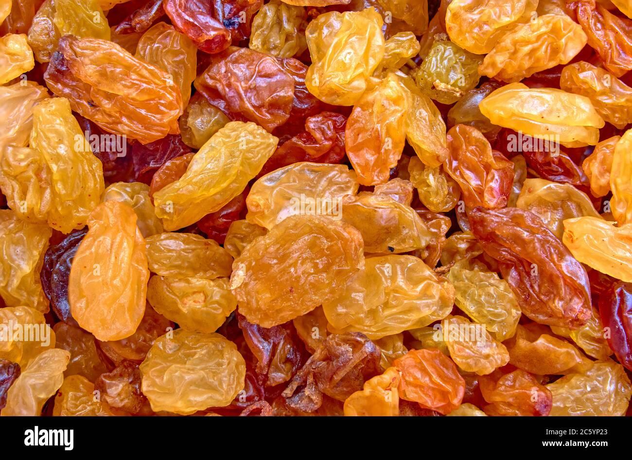 raisins secs épars comme arrière-plan sur la surface Banque D'Images