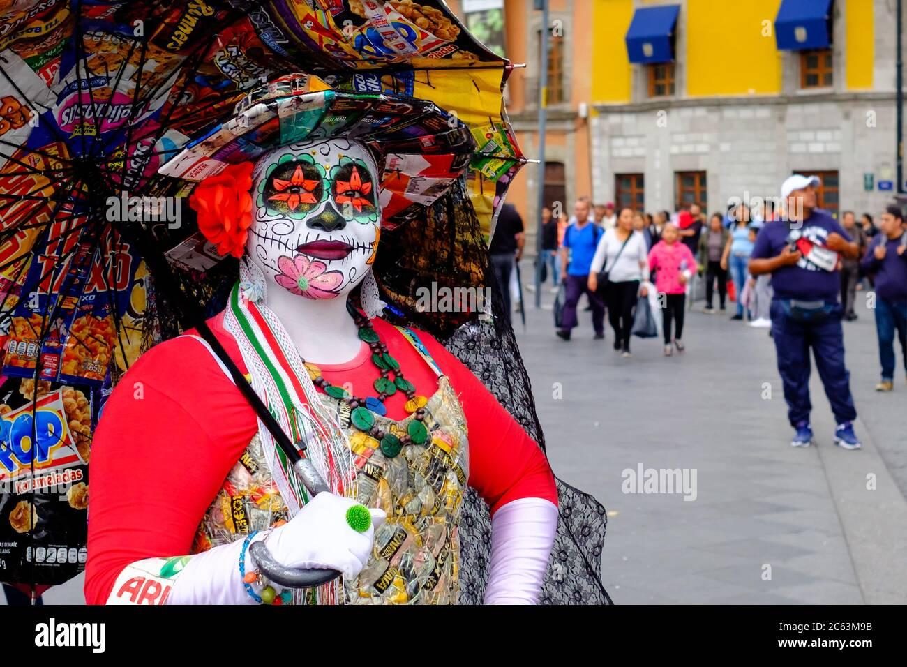 Femme mexicaine portant un costume de Catrina coloré à Mexico Banque D'Images