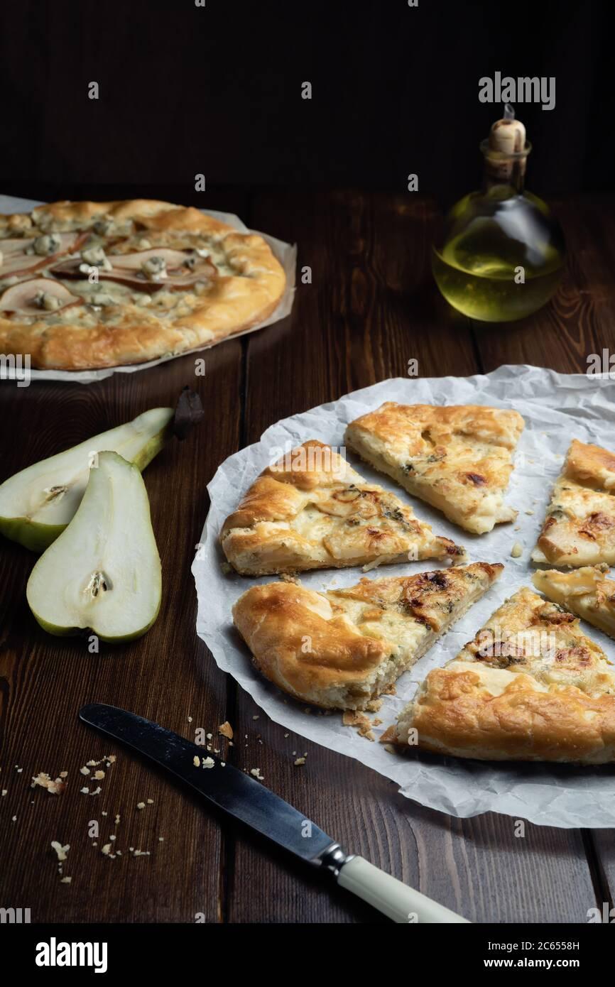 Galette de pâte sablée faite maison avec fromage bleu et poires. Prêt à manger. Cuisiner à la maison Banque D'Images