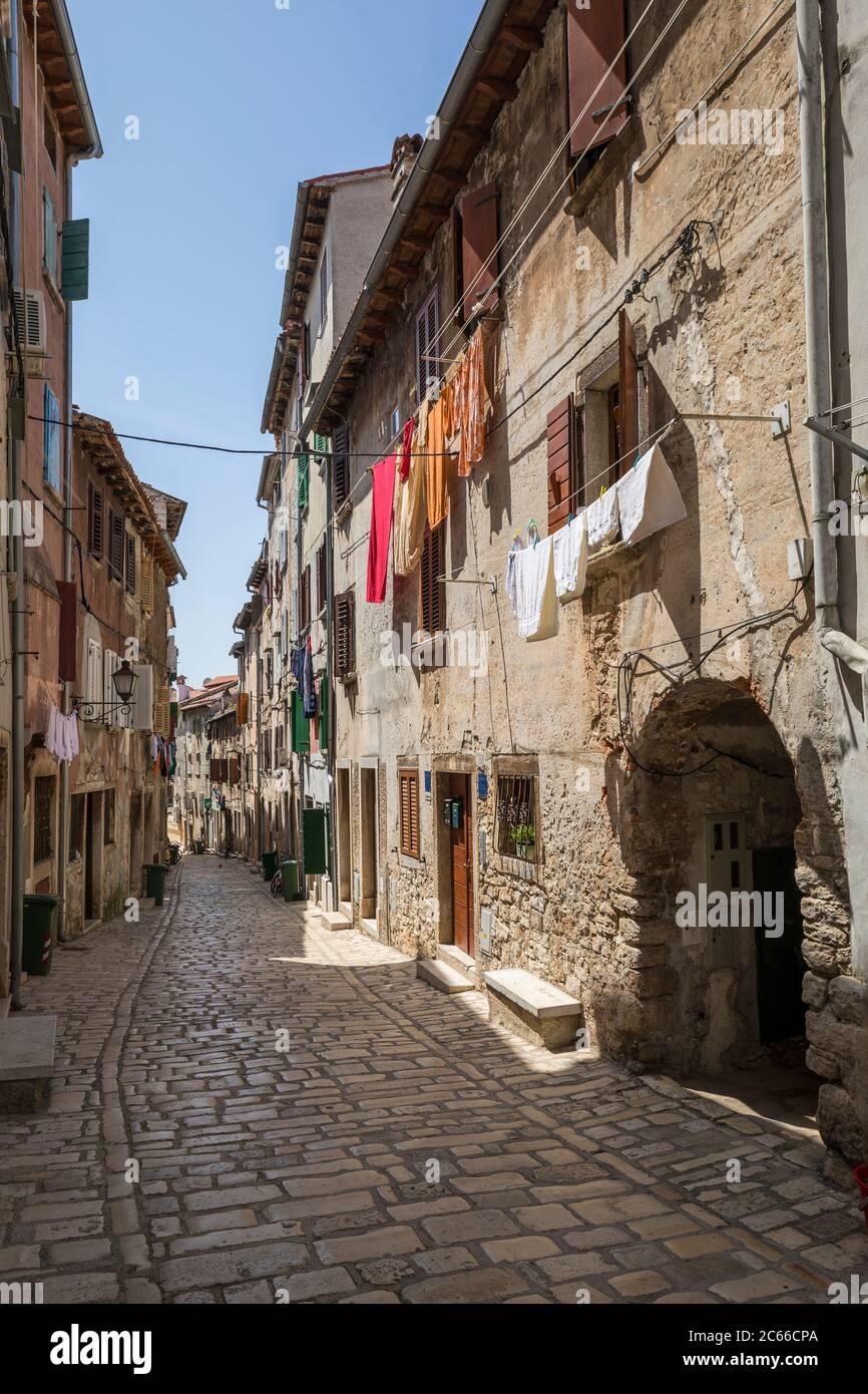 Rue étroite dans la vieille ville de Rovinj, Istrie, Croatie Banque D'Images