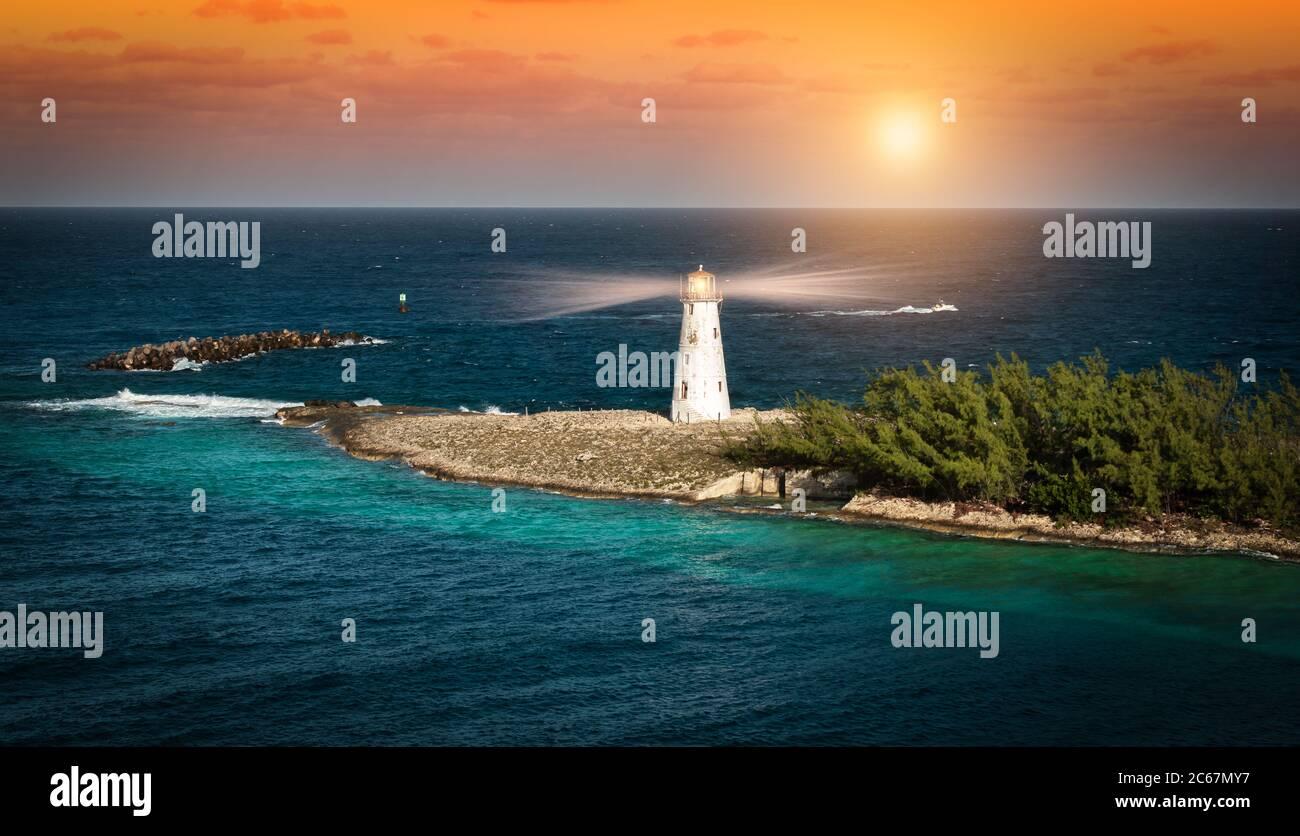 Phare au coucher du soleil à Nassau, aux Bahamas. Banque D'Images