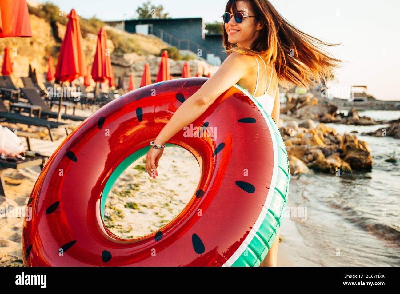 Fille s'amusant à la plage. Style de vie amusant en été. Banque D'Images