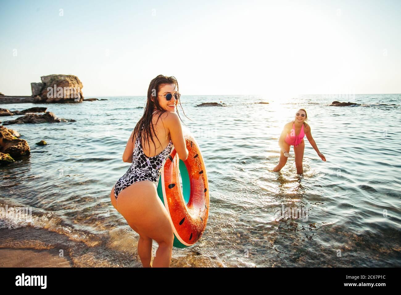 Les filles s'amusaient à la plage Banque D'Images