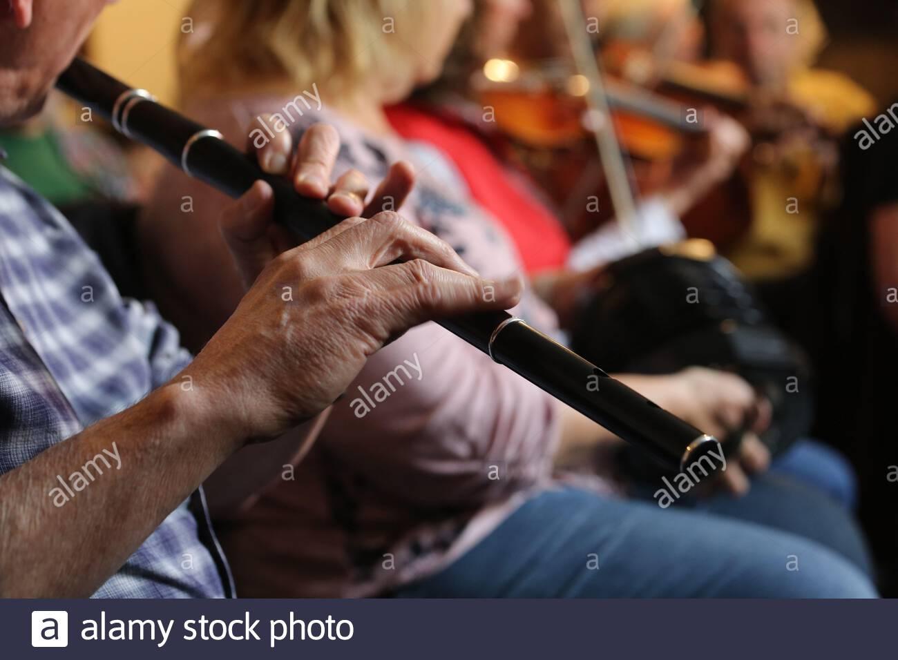 Un flûte irlandaise et d'autres musiciens traditionnels lors d'une session Fleadh Cheoil dans le comté d'Ennis Clare. Banque D'Images