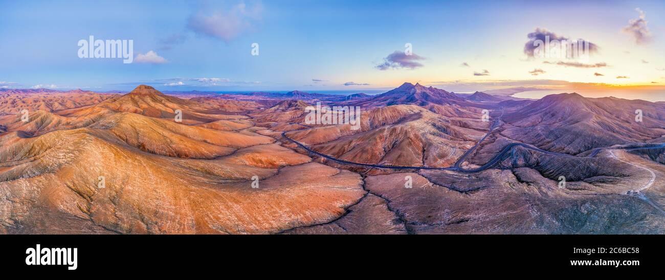 Route de montagne traversant le paysage volcanique près de Sicasumbre point de vue astronomique, Fuerteventura, îles Canaries, Espagne, Atlantique, Europe Banque D'Images