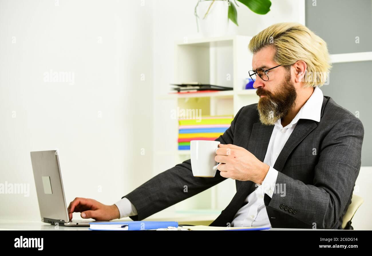 Beau homme courir des affaires en ligne. Travail en ligne. Communication d'entreprise. Navigation sur Internet. Technologie moderne. Le directeur des ventes travaille en ligne au bureau. Développeur Web. Le désespoir est parfois à l'avant-plan de l'innovation. Banque D'Images