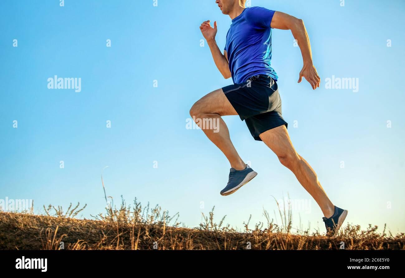 la course en montée d'athlète en fond bleu clair Banque D'Images