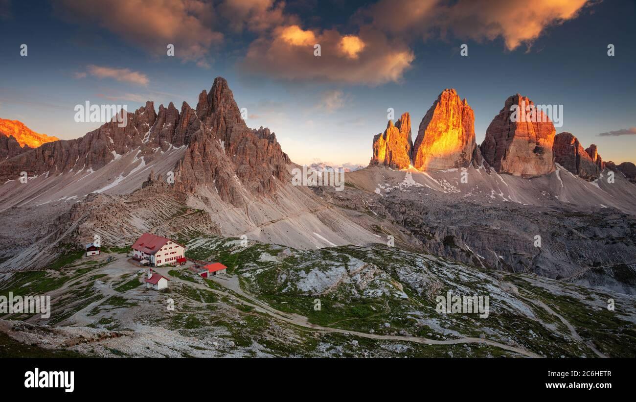 Dolomites, trois sommets de Lavaredo. Image panoramique des Dolomites italiens avec les trois célèbres sommets de Lavaredo (Tre cime di Lavaredo) Tyrol du Sud, Italie. Banque D'Images