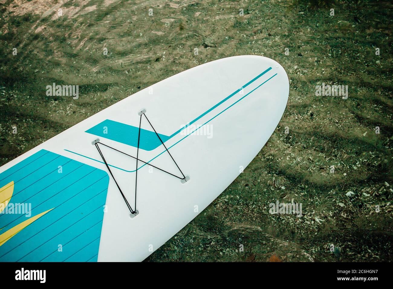 Nez de paddle-board debout flottant sur un beau lac Banque D'Images