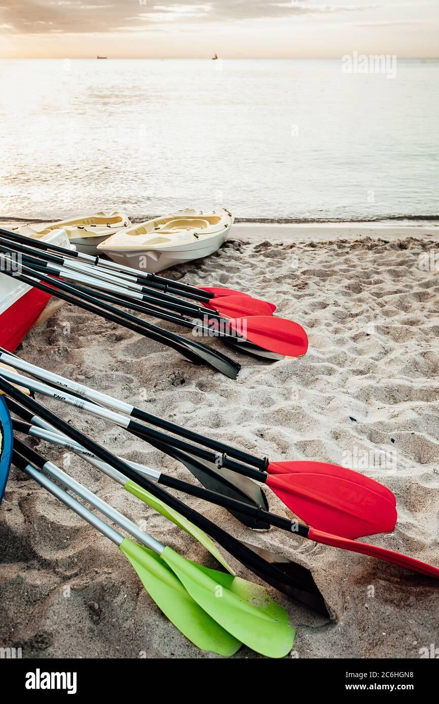 Kayaks de mer reliés ensemble dans l'eau Banque D'Images