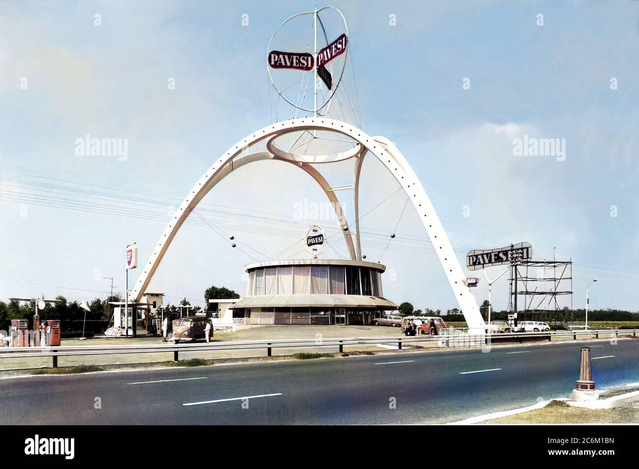 1960 , LAINATE , Milan , ITALIE : Le célèbre PAVESI AUTOGRIL italien à VILLORESI OVEST , LAINATE ( Milano ) sur l'AUTOSTRADA A( MILANO-LAGHI ( Varese et Côme ), créé par l'architecte et designer italien ANGELO BIANCHETTI ( 1911 - 1994 ) en 1958 , a ouvert en 1959 . Dernière démolition le 9 juillet 2020 . Un symbole réel du BOOM ÉCONOMIQUE ITALIEN des années 60, a été pubé dans le numéro 26 septembre 1960 du célèbre magazine américain « LIFE International Edition » avec le titre d'article « Italian Luxury for Export and than at Home, too ». - COLORISÉ NUMÉRIQUEMENT - ARTE - ARCHITETTO - ARCHITETURA - ARCHITECTURE - AR Banque D'Images