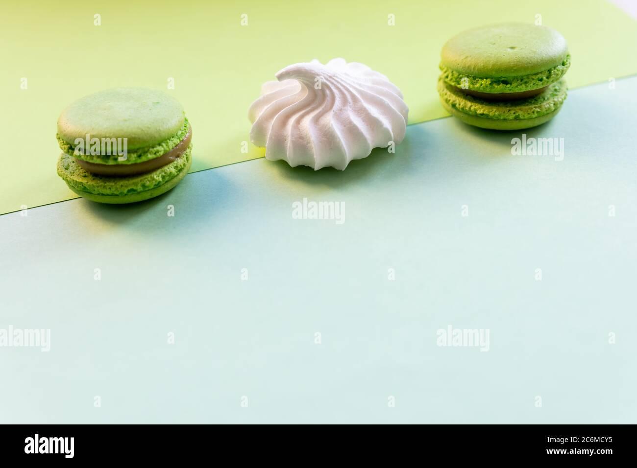 plat de biscuits de macaron français instables colorés comme fond, concept de dessert.Pop Art style de couleur avec meringue et des friandises de boulangerie sur vif Banque D'Images