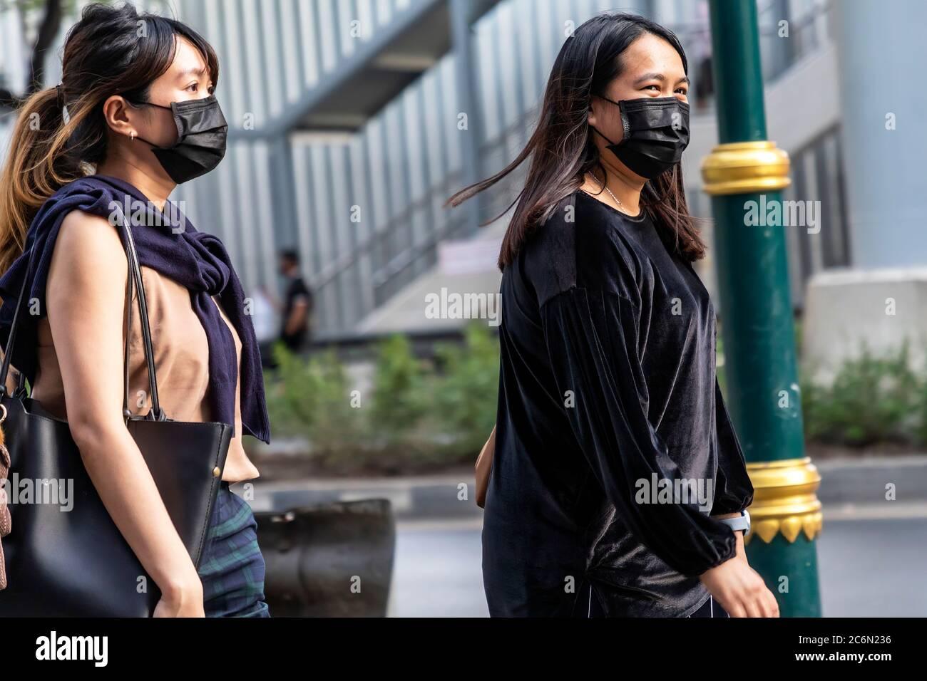 Femme portant un masque dans la rue pendant la pandémie de Covid 19, Sukhumvit, Bangkok, Thaïlande Banque D'Images