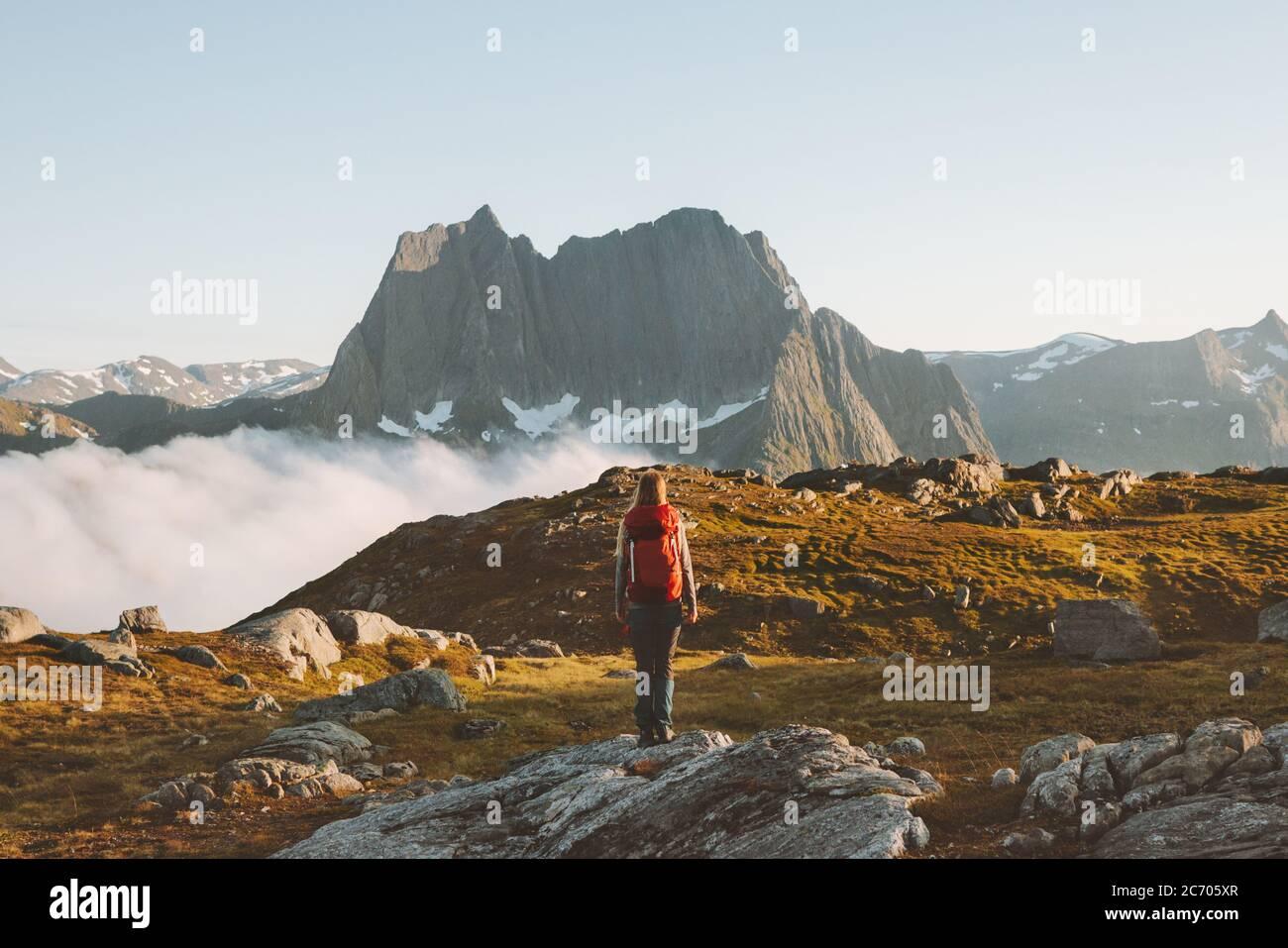 Femme randonnée routard dans les montagnes aventure voyage extrême vacances sain style de vie en plein air écotourisme en Norvège activité d'été Banque D'Images