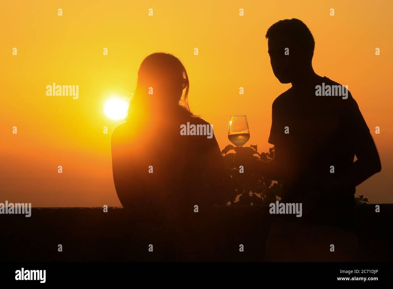 Couple romantique regarder le coucher du soleil et célébrer pendant les vacances. Banque D'Images