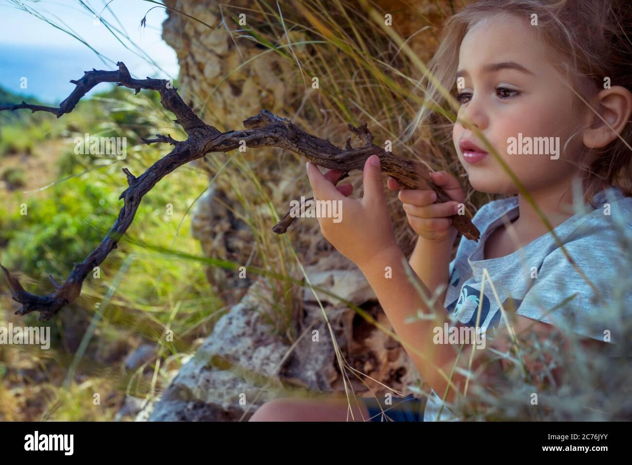 Portrait d'un petit garçon mignon jouant dans la forêt avec Magic Stick. Imagination d'un petit enfant. Enfant jouant son propre jeu. Bonne enfance de Carefree Banque D'Images