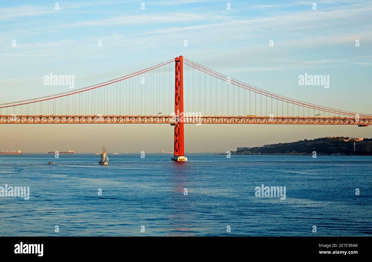 Le pont suspendu du 25 avril enjambant le Tage au coucher du soleil Banque D'Images