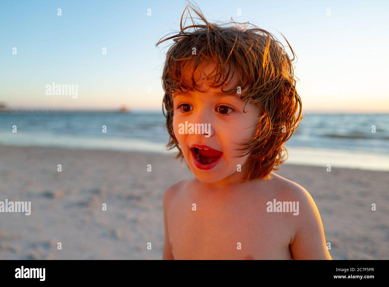 Enfant enthousiaste s'amusant en mer. Vacances d'été et concept de mode de vie sain. Banque D'Images