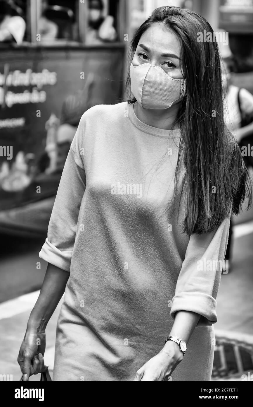 Belle dame portant un masque dans la rue pendant la pandémie de Covid 19, Bangkok, Thaïlande Banque D'Images