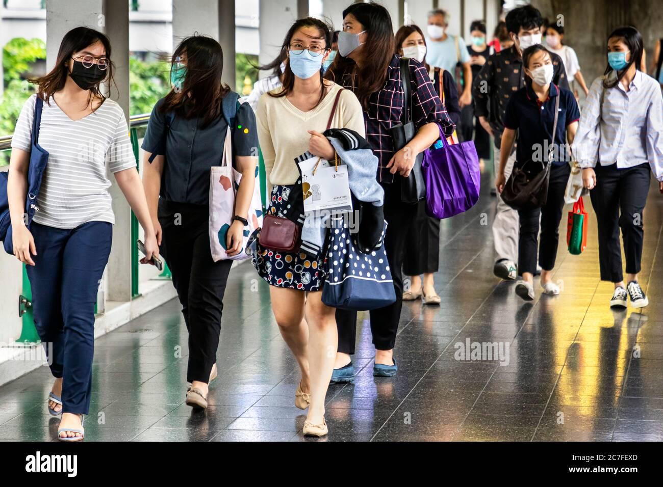 Piétons portant un masque facial pendant la pandémie de Covid 19, Bangkok, Thaïlande Banque D'Images