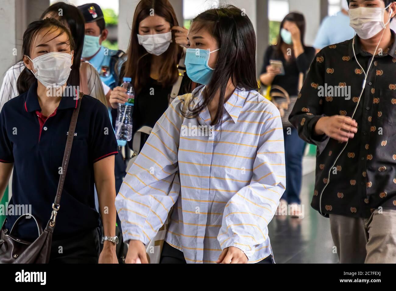 Piétons portant un masque dans la rue pendant la pandémie de Covid 19, Bangkok, Thaïlande Banque D'Images