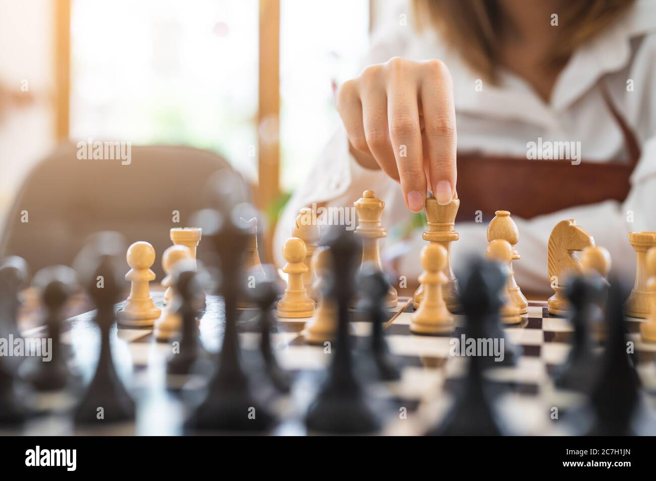 Femme jouant aux échecs en club, activité du week-end et concept de complice Banque D'Images