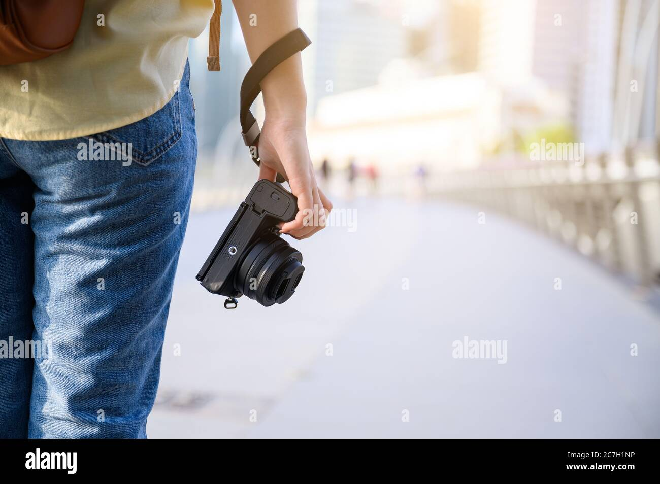 Photographe et voyageur concept, femme tenant l'appareil photo numérique tout en voyageant à Singapour Banque D'Images