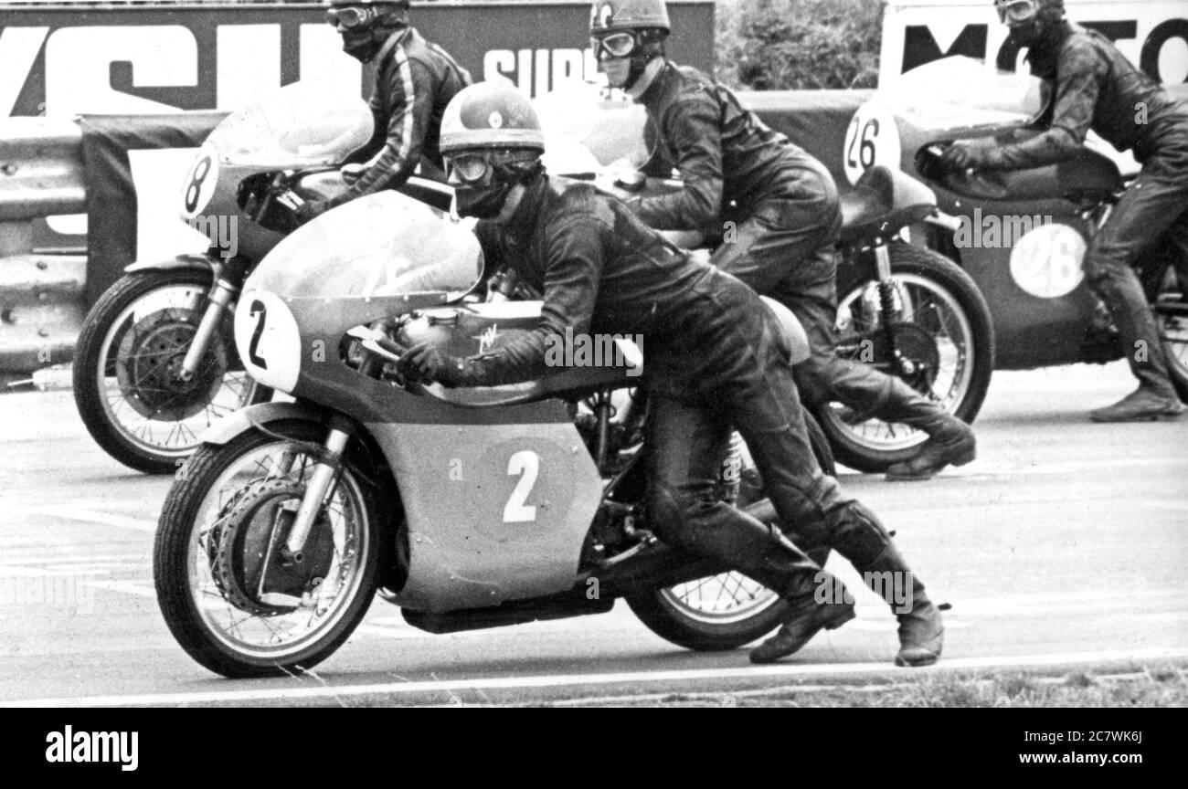 Le début d'une course de moto, vers 1968. Le concurrent en premier plan est à cheval sur un vélo MV Agusta de marque italienne. Les pilotes démarrent leur moto par poussée. Banque D'Images