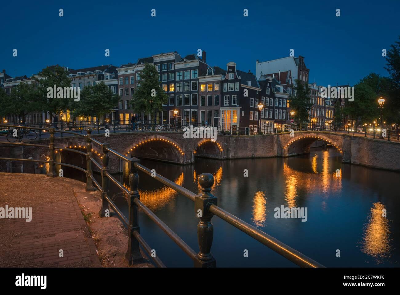 Les canaux illuminés la nuit, Amsterdam, pays-Bas Banque D'Images