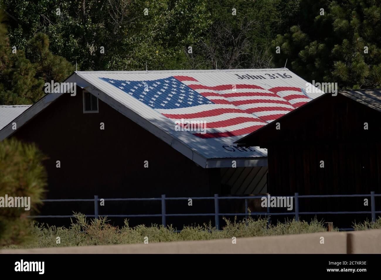 Un drapeau américain est peint sur le toit d'une maison avec la référence biblique à Jean:316 Banque D'Images