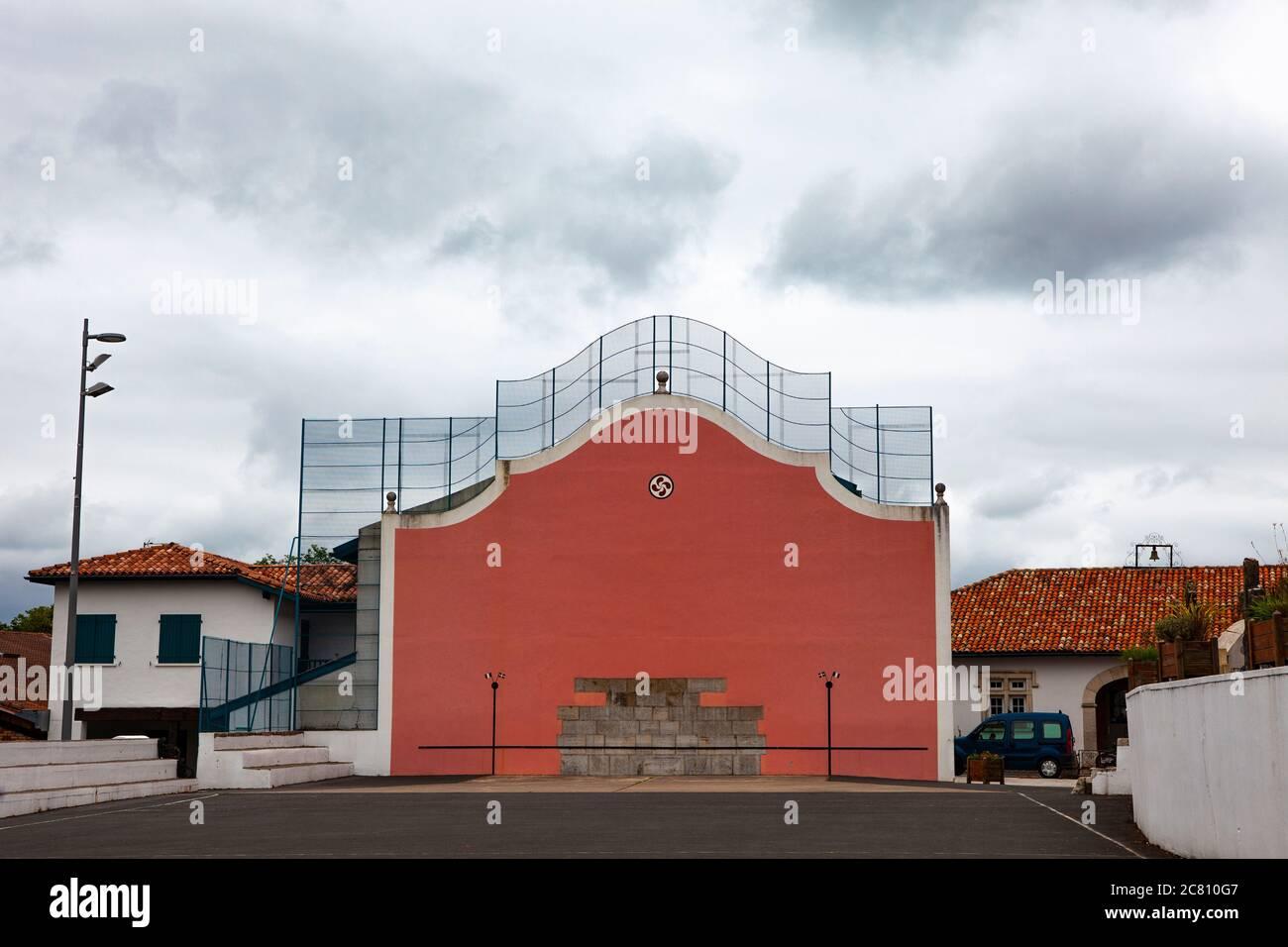Pelote fronton - terrain de jeu de la sorte basque de Pelote, Arcangues, Pyrénées-Atlantiques, France Banque D'Images