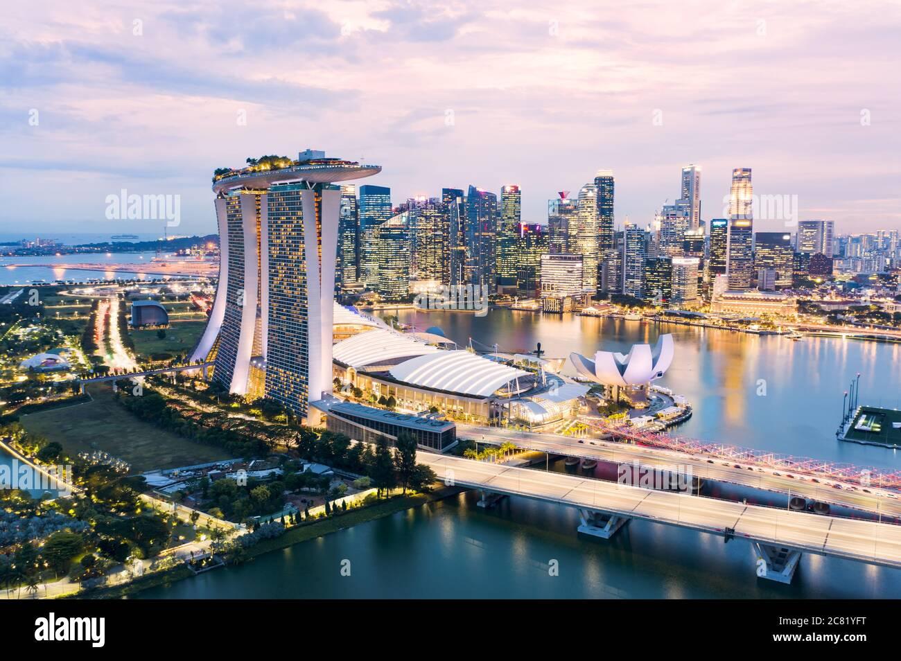 Vue d'en haut, vue aérienne stupéfiante sur la ville de Singapour pendant un beau coucher de soleil avec le quartier financier au loin. Singapour. Banque D'Images