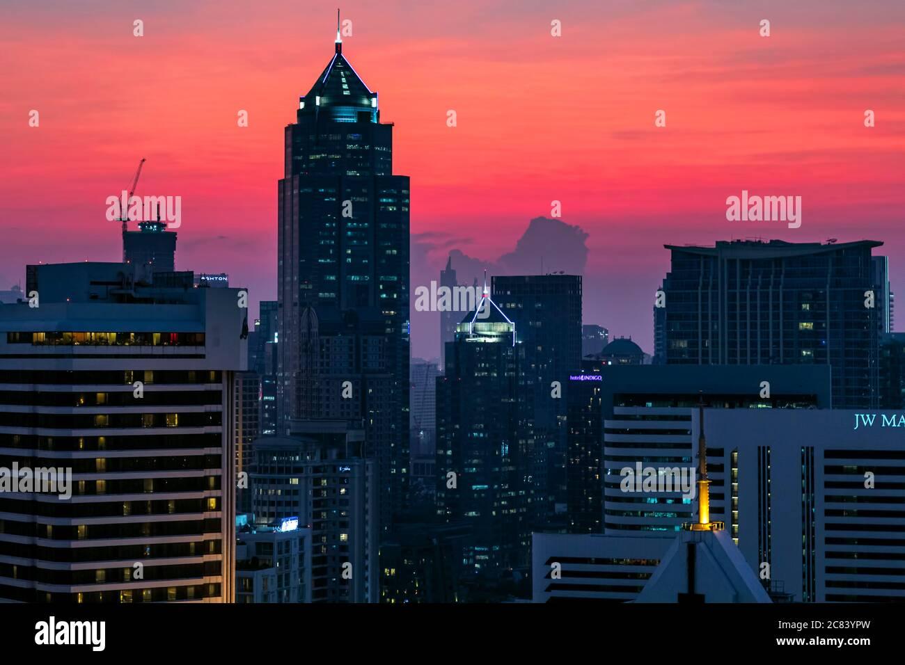 Vue sur la ville de Bangkok au coucher du soleil autour de Sukhumvit, Thaïlande Banque D'Images