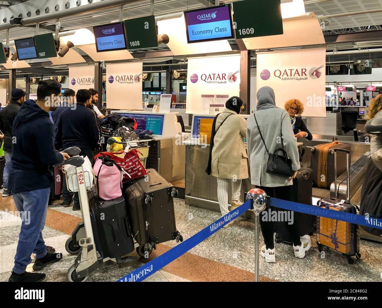 Ferno, Milan-Malpensa, Italie - 8 février 2020 : bureau de Chek-in de la compagnie Qatar Airways pour le vol de Doha à l'intérieur du terminal 1 de l'aéroport de Milan-Malpensa. Banque D'Images