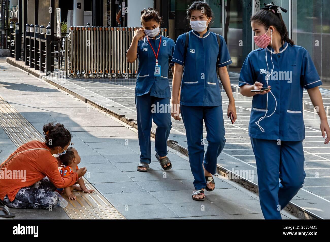 Femme avec bébé demandant de l'argent pendant la pandémie Covid 19, Bangkok, Thaïlande Banque D'Images