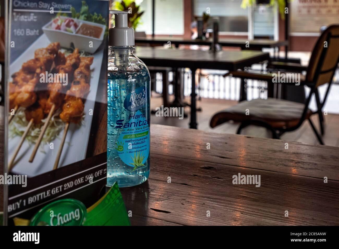 Désinfectant pour les mains un menu dans le restaurant thaïlandais pendant la pandémie Covid 19, Bangkok, Thaïlande Banque D'Images