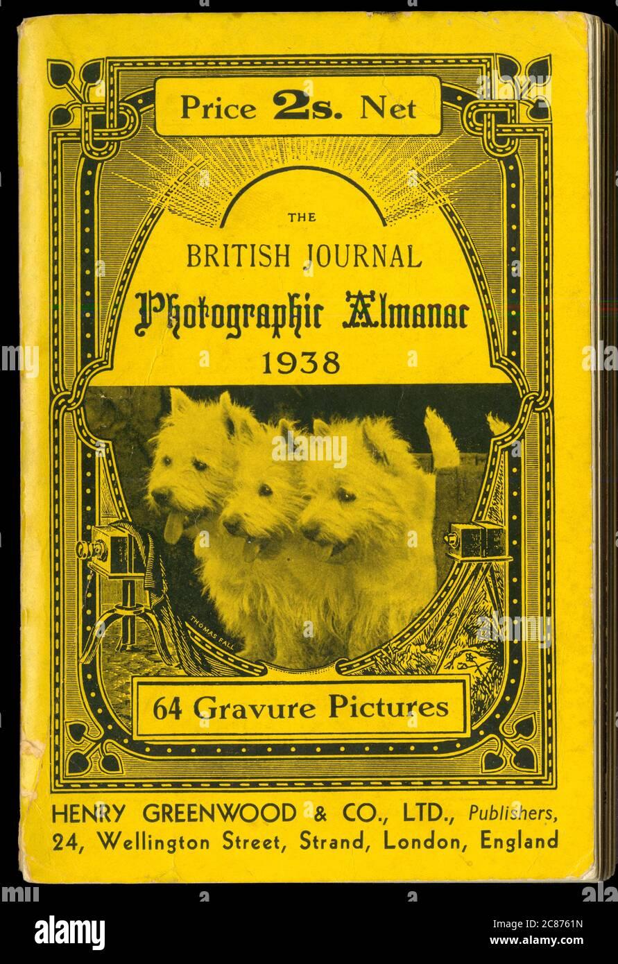 Couverture du British Journal Photographic Almanac de 1938, avec une photo des Thomas Fall Studios (voir 10125916 pour l'image originale utilisée) de trois West Highland Terriers ('Westies') debout joyeusement dans un canon (propriétaire: Innes). Date: 1938 Banque D'Images