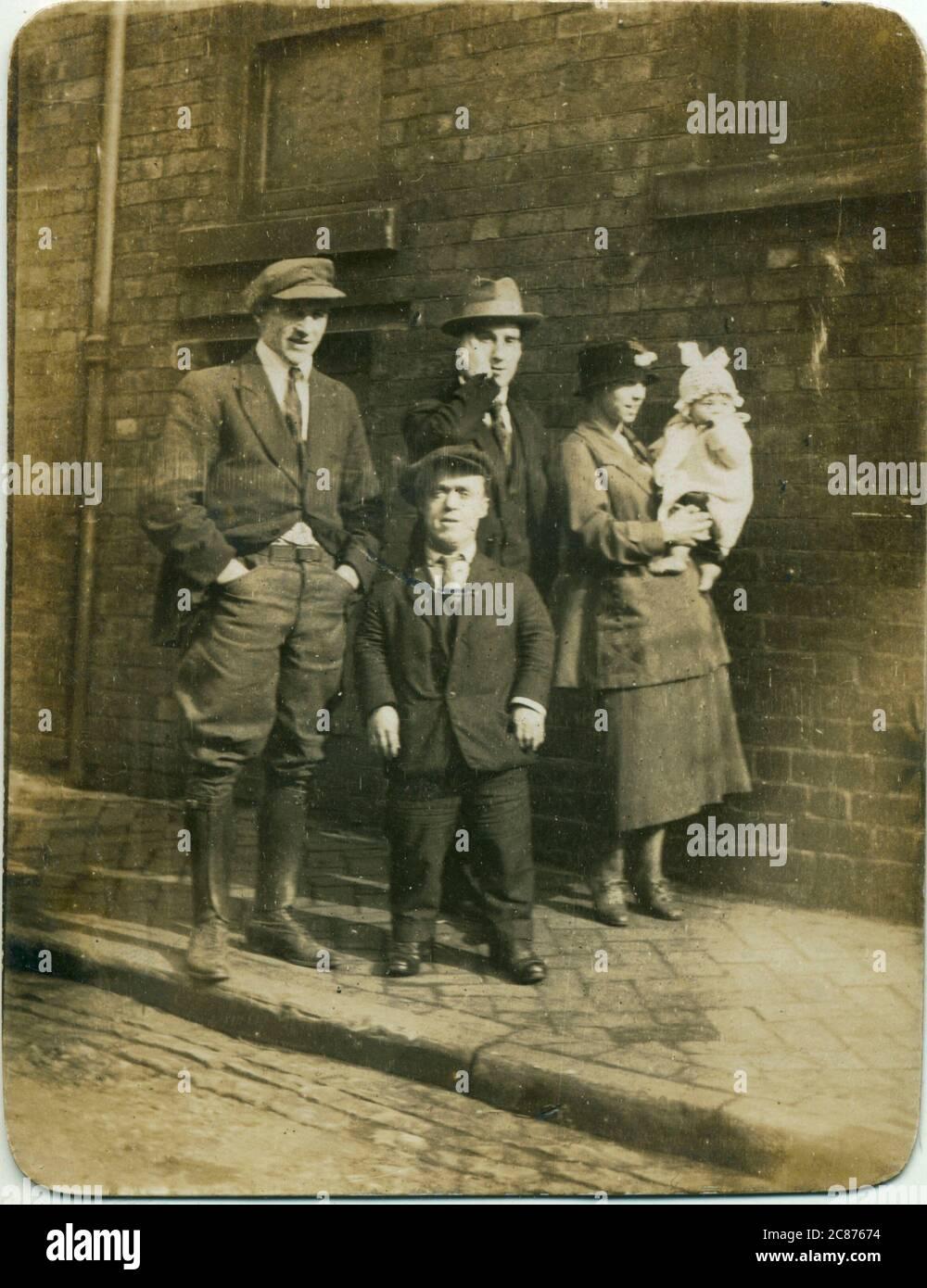 Groupe de personnes, éventuellement membres de la famille, y compris un homme de croissance restreinte (nanisme), années 1920. Date: 1920 Banque D'Images