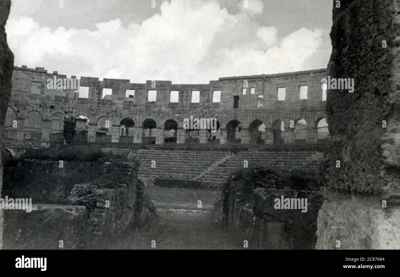 Croatie - Pula - l'Amphithéâtre romain. L'Arena est le seul amphithéâtre romain restant à avoir quatre tours latérales et les trois ordres architecturaux romains entièrement préservés. Date: Vers 1910 Banque D'Images