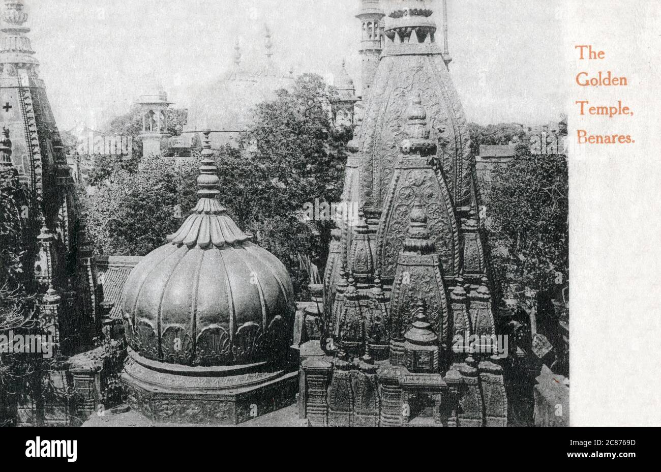 Le temple Shri Kashi Vishwanath (Temple d'or) dédié à Lord Shiva, Varanasi (Benares), Uttar Pradesh, Inde. Le Temple se trouve sur la rive ouest du fleuve Saint Ganga, et est l'un des douze Jyotirlingas, le plus sacré des temples de Shiva Date : 1908 Banque D'Images