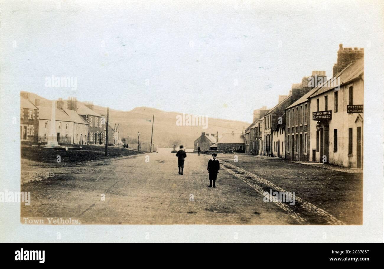 High Street (avec l'hôtel Plough), Town Yetholm, Kelso, Roxburghshire, Écosse. Date : 1900s Banque D'Images