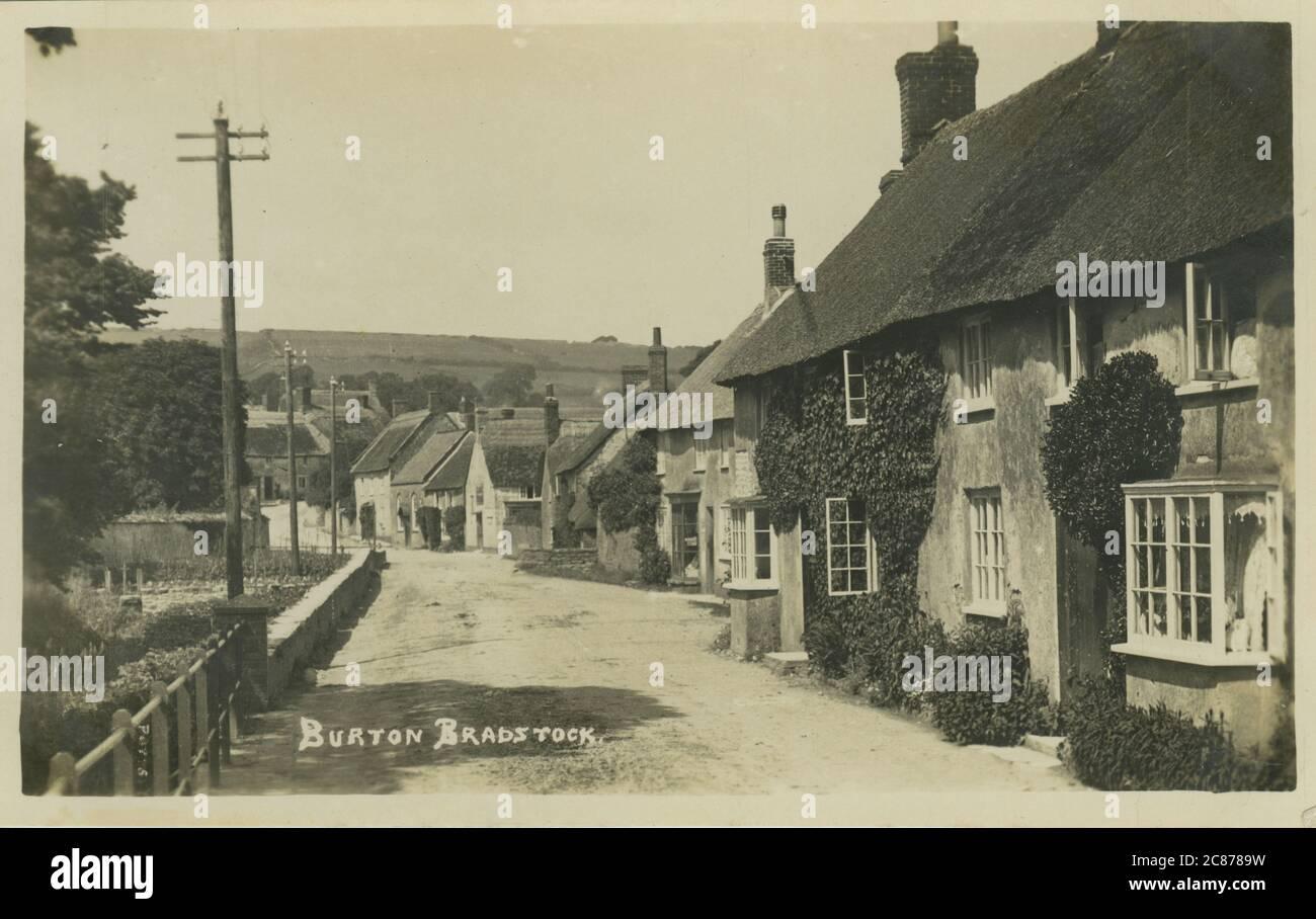 High Street, Burton Bradstock, Bridport, Dorset, Angleterre. Date: 1920 Banque D'Images
