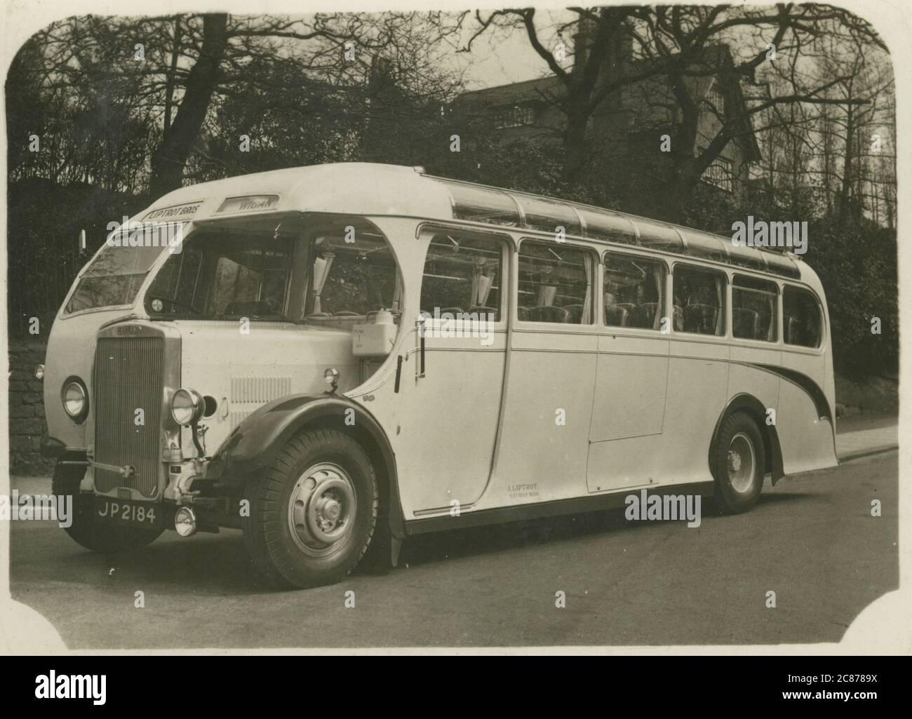 Leyland Tiger bus (exploité par les Liptret Brothers), Wigan, Greater Manchester, Lancashire, Angleterre. Date : années 1940 Banque D'Images