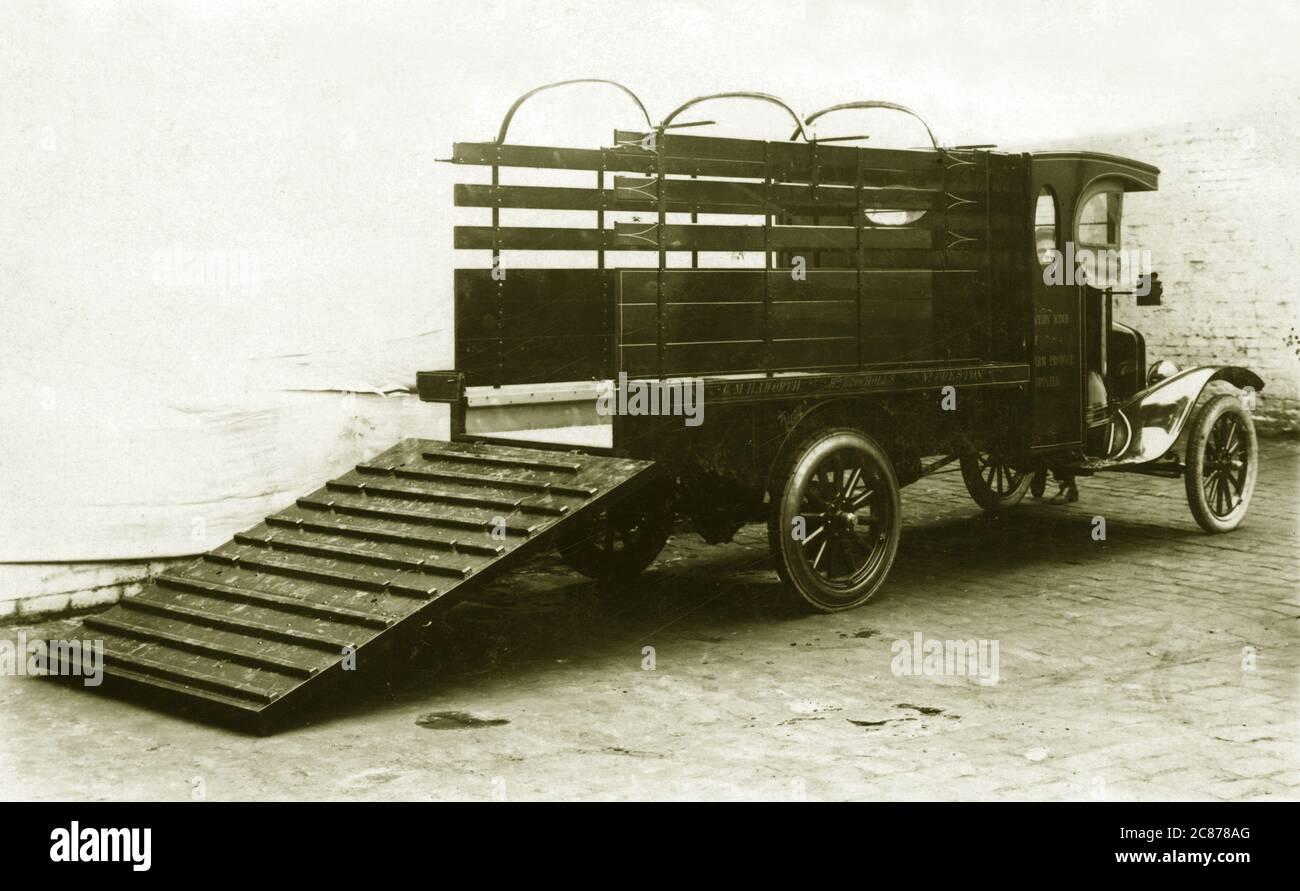Camion de ferme Ford vintage - (cm Howarth), Brocholes supérieurs, Preston, Lancashire, Angleterre. Banque D'Images