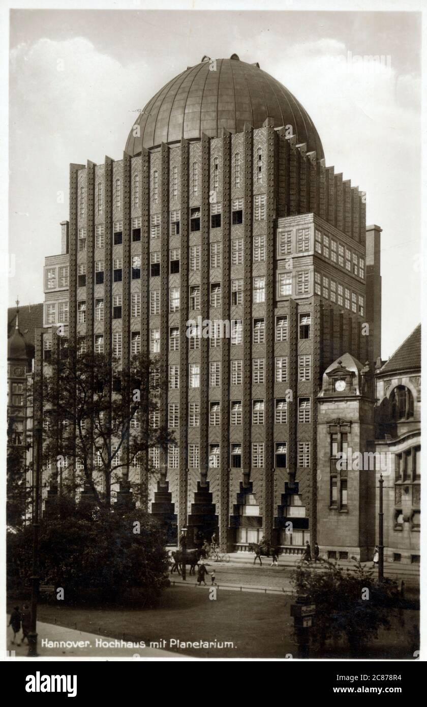 Anzeiger-Hochhaus à Hanovre, Allemagne avec planétarium sur le toit. Conçu par Fritz Hoeger, et construit de 1927 à 1928 près de la place de la porte de pierre. Un point de repère de la ville et a été l'un des premiers gratte-ciel en Allemagne - également l'un des rares bâtiments de haute élévation dans le centre de Hanovre à survivre aux bombardements pendant la Seconde Guerre mondiale. Date : vers la fin des années 1920 Banque D'Images