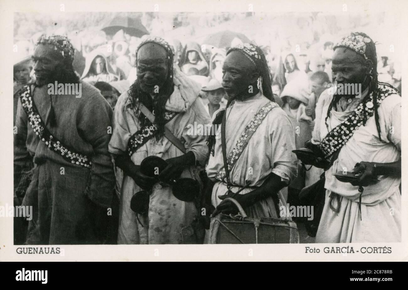 Musiciens Gnawa - groupe ethnique habitant le Maroc et l'Algérie au Maghreb. La musique Gnawa est caractérisée par l'instrumentation. Grandes calanettes en fer lourd connues sous le nom de qraqab ou krakebs comme montré dans cette photo caractéristique fortement. Gnawas exécute une liturgie complexe, appelée lila ou derdeba. Date: Vers les années 1950 Banque D'Images