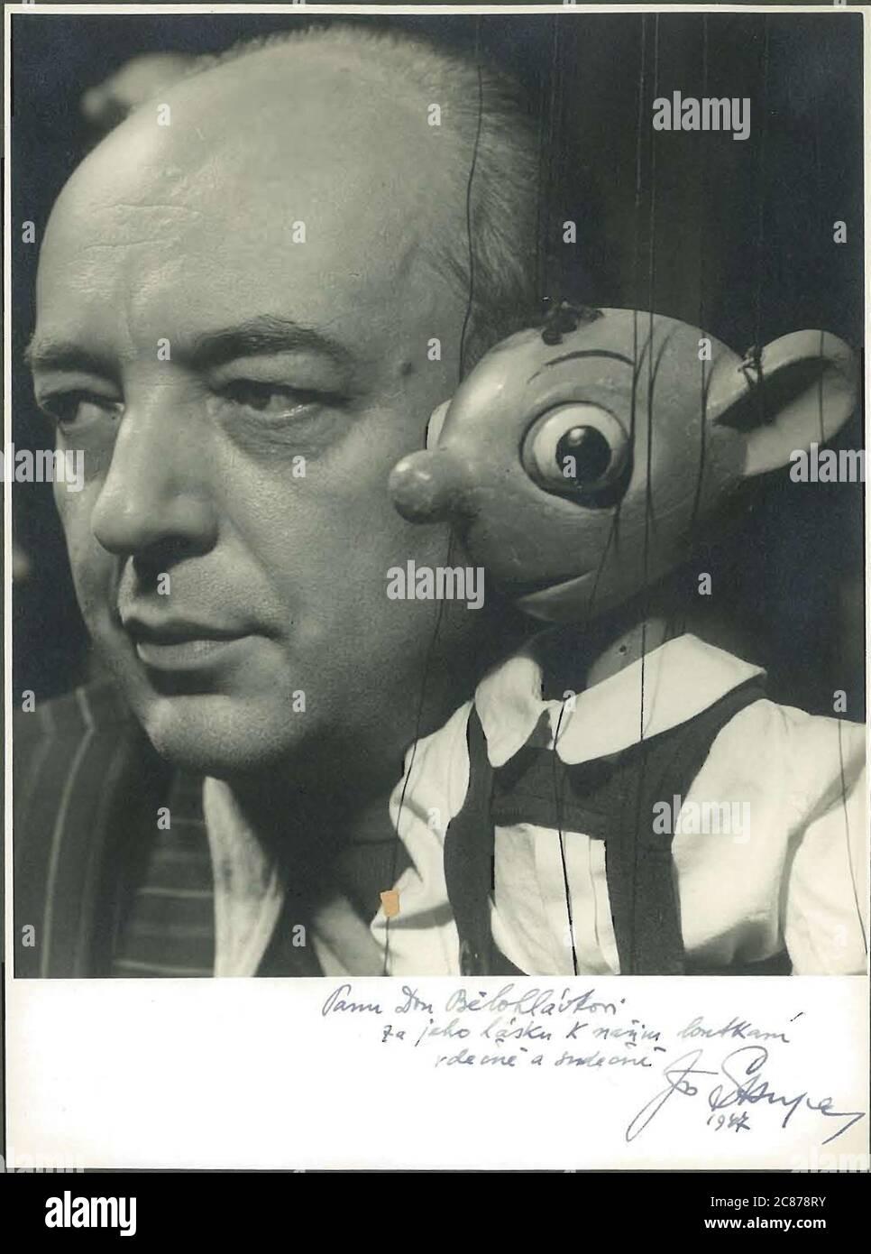 Le professeur Josef Skupa (1892-1957) était un marionnettiste tchèque qui, au début des années 1920, créa ses marionnettes les plus célèbres : le père comique Spejbl et son fils rascal Hurvinek, qui créèrent en 1930 le premier] théâtre de marionnettes professionnel moderne. Pendant l'occupation nazie de la Tchécoslovaquie, Skupa a joué des pièces de marionnettes satiriques et allégoriques sur des centaines d'étapes dans toute la Tchécoslovaquie, menant à l'emprisonnement des marionnettes par les Nazis (dans un classeur!) pour être généralement trop subversif. Après 1945, Skupa a continué à produire du travail pour les enfants et les adultes en Tchécoslovaquie et a également joué à l'étranger. José Banque D'Images