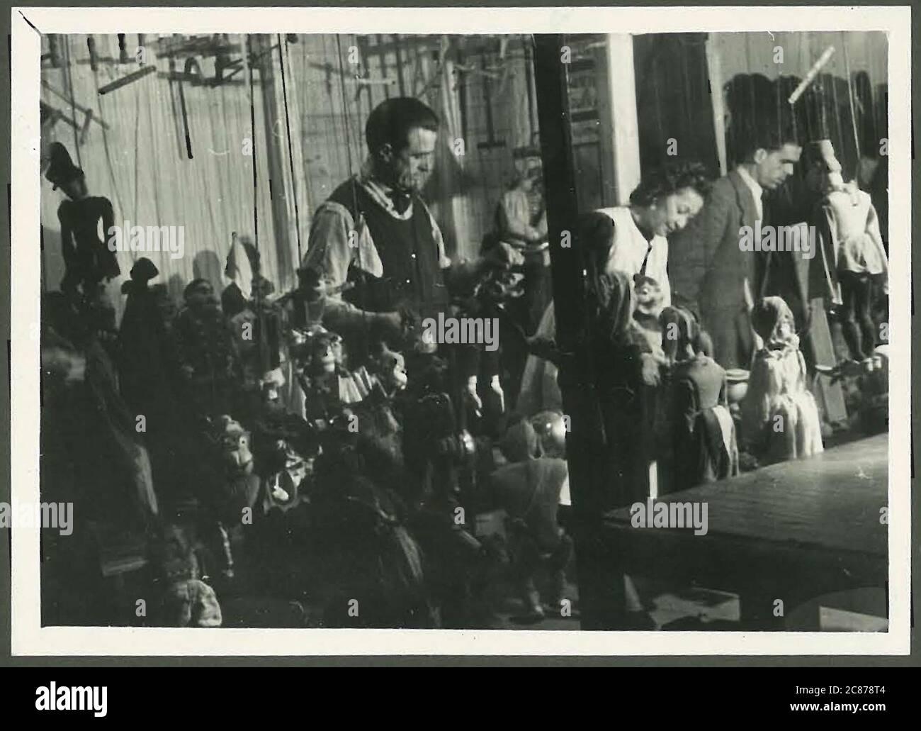 Le professeur Josef Skupa (1892-1957) était un marionnettiste tchèque qui, au début des années 1920, créa ses marionnettes les plus célèbres : le père comique Spejbl et son fils rascal Hurvinek, qui créèrent en 1930 le premier] théâtre de marionnettes professionnel moderne. Pendant l'occupation nazie de la Tchécoslovaquie, Skupa a joué des pièces de marionnettes satiriques et allégoriques sur des centaines d'étapes dans toute la Tchécoslovaquie, menant à l'emprisonnement des marionnettes par les Nazis (dans un classeur!) pour être généralement trop subversif. Après 1945, Skupa a continué à produire du travail pour les enfants et les adultes en Tchécoslovaquie et a également joué à l'étranger. Retour Banque D'Images